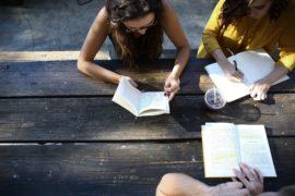 studerende studerer faget præsentation af andre alternative behandlingsformer