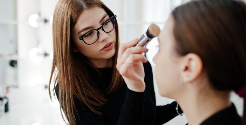 studerende øver make up på makeup kursus
