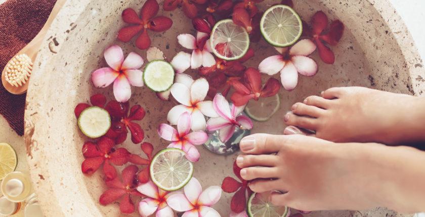 studerende øver eksklusiv manicure og pedicurebehandlinger på manicure pedicure kursus