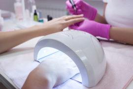 studerende øver akryl gel på akryl gel tekniker uddannelsenus