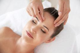 akupunktør studerende øver kosmetisk akupunktur på kosmetisk akupunktør uddannelse