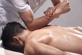 massørstuderende øver kropsmassage på massagekursus
