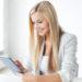 studerende læser teoretisk kosmetologi på tablet