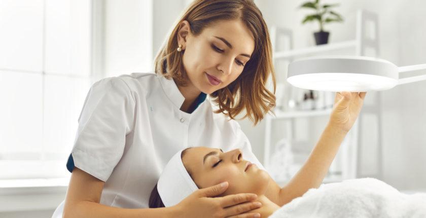lægeeksamineret klinisk kosmetolog og hudterapeut uddannelse