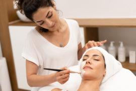 studerende øver ansigtsbehandling på hudterapeut uddannelse
