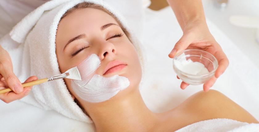 kosmetologstuderende øver ansigtsbehandling på kosmetologskole