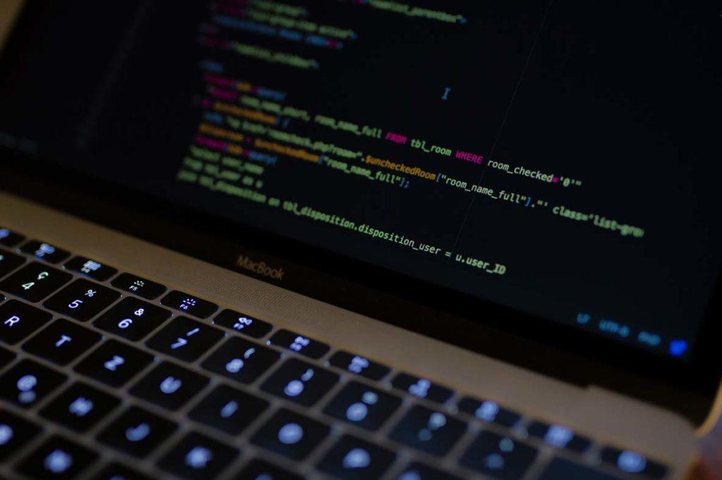 En computer med kode på skærmen