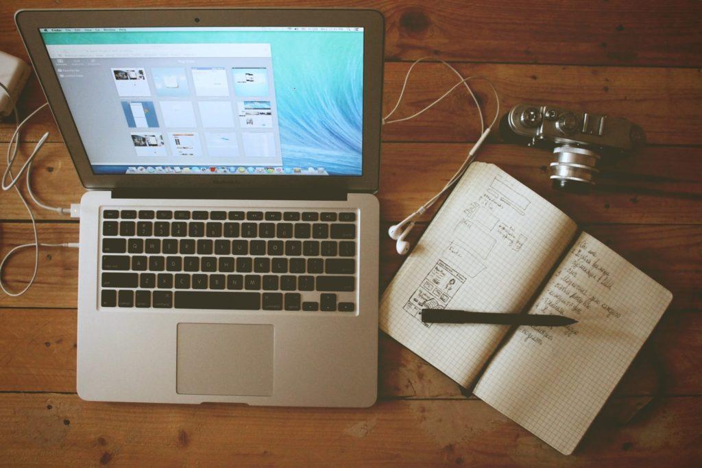 Computer og notesbog