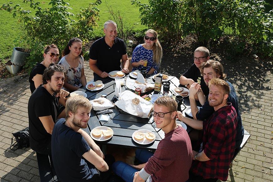 Vores medarbejdere spise morgenmad i sommersolen